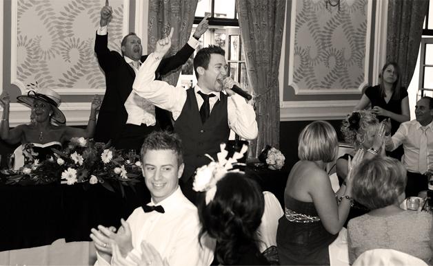 the-best-singing-waiters-jamie-reeves-singing-waiter